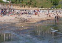 Bun venit pe litoral ! Turiști ieșiţi pătați din apă la Mangalia